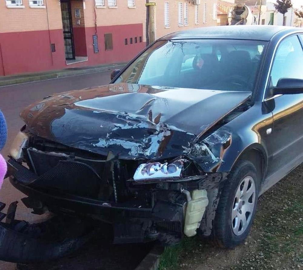 Suceso camión uno de los coches dañados